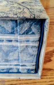 失敗例 2。 布のつなぎ目。ミシンで縫ってつないでおけばもっと楽だった。いくら待っても接着しなかったので、手縫いでつなげた。