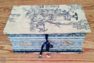 箱と外側を接着させて完成。閉じ紐にはビーズで飾りをつけてみた。
