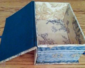 失敗例 3。 布が足りなくなった。横の布で箱の中は覆いたかったが、できなかったので外布を使い、また蓋の内側は古いシーツを使った。
