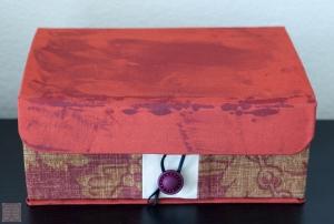 Mod Podge が赤い布の表面ににじみ出てきて乾いても消えないムラができた。残念・・・この上からMod Podge を塗ったらどうなるかしら。
